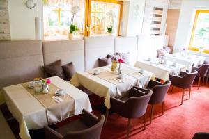 Ein Restaurant oder anderes Speiselokal in der Unterkunft Dreilandhof