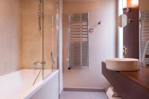 Um banheiro em Hôtel de la Bourdonnais