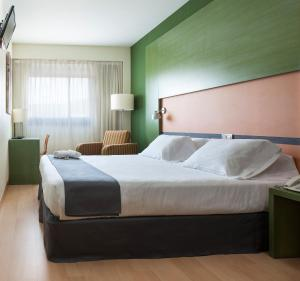 A bed or beds in a room at Hotel Naval Sestao