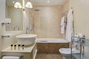 A bathroom at Grand Hotel Cavour