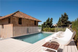 The swimming pool at or near Convent de la Missio