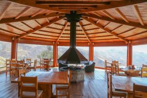 A restaurant or other place to eat at Refugio Viñak
