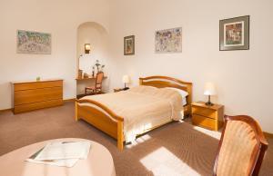 Un pat sau paturi într-o cameră la Hotel Abel Pension Budapest