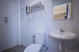 A bathroom at D'Nice Hotel