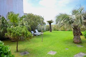 Um jardim no exterior de Casa do Sol Poente