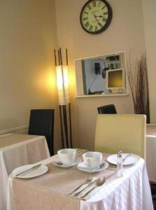 A restaurant or other place to eat at Ty Rosa Boutique B&B