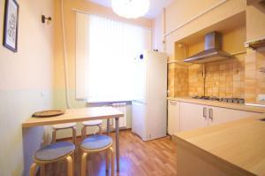 Кухня или мини-кухня в Самый центр - Малая Морская 6 - СуткиСпб - Две комнатны