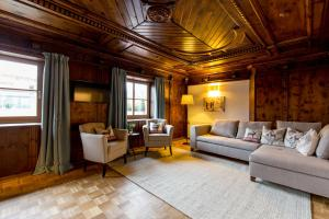 A seating area at Hotel Wirtshaus Post