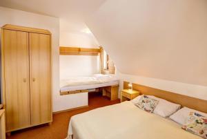 Posteľ alebo postele v izbe v ubytovaní Hotel Koliba Greta