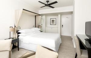 A bed or beds in a room at Sheraton Grand Mirage Resort, Port Douglas