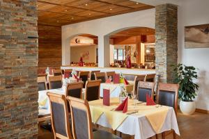 A restaurant or other place to eat at Hotel Kroneck
