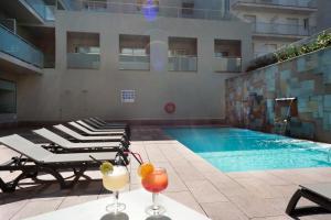 Het zwembad bij of vlak bij 4R Miramar Calafell