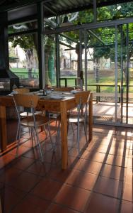 A restaurant or other place to eat at De Werf Lodge
