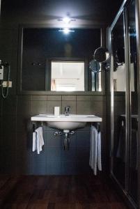 A bathroom at L'Approdo delle Sirene B&B