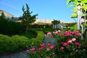 Jardín al aire libre en Tripolis Hotel