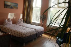 Een bed of bedden in een kamer bij 't Oude Veerhuis