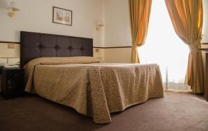 A bed or beds in a room at Hotel Garda