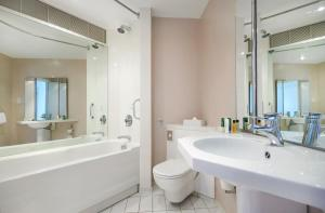 A bathroom at Hilton Maidstone