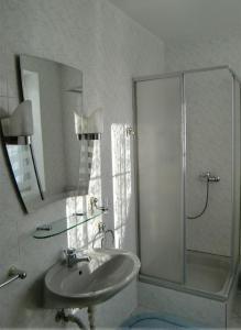 A bathroom at Penzion Buchmann
