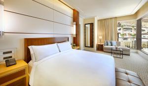 سرير أو أسرّة في غرفة في كونراد مكة