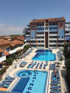 Výhled na bazén z ubytování Villaggio Hemingway - Aparthotel nebo okolí