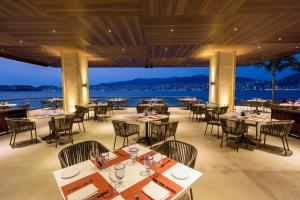 A restaurant or other place to eat at Las Brisas Acapulco