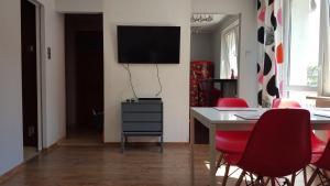 Telewizja i/lub zestaw kina domowego w obiekcie StudioSpanie Apartament Modern