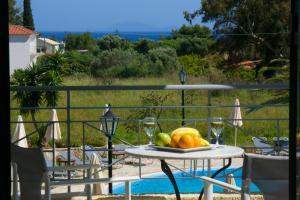 Vista sulla piscina di Alkioni Hotel o su una piscina nei dintorni