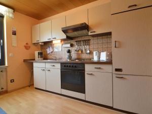Een keuken of kitchenette bij Cozy Apartment in Alf with River Nearby