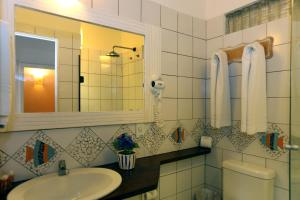 A bathroom at Sobrado da Vila Hotel