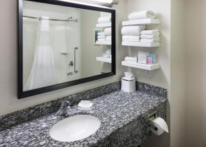 A bathroom at Hampton Inn San Diego Downtown