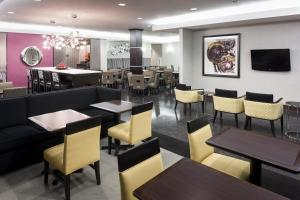 A restaurant or other place to eat at Hampton Inn San Diego Downtown