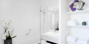 A bathroom at At Home Appart Hotel