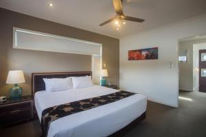 A bed or beds in a room at Best Western Plus Quarterdecks Retreat