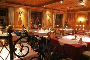 A restaurant or other place to eat at Hotel BurgGartenpalais