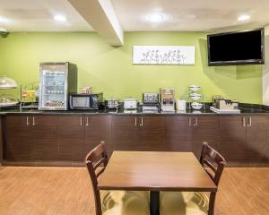 A restaurant or other place to eat at Sleep Inn South Joplin