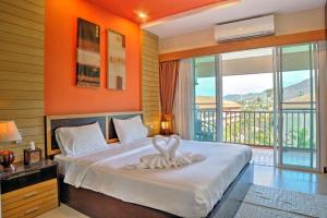 A bed or beds in a room at Whispering Palms Suite