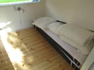 Een bed of bedden in een kamer bij Feddet Camping & Cottages