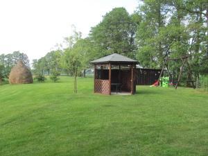 Ein Garten an der Unterkunft Ferienwohnung am Storchennest
