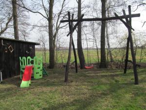 Ein Kinderspielbereich in der Unterkunft Ferienwohnung am Storchennest