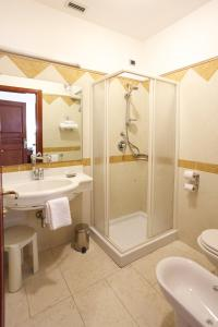 A bathroom at Mariano IV Palace Hotel