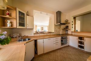 A kitchen or kitchenette at Karklės Villa - Prie Jūros