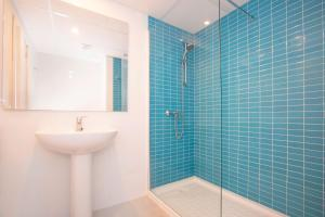 A bathroom at Blue Sea Arenal Tower - Adults Only