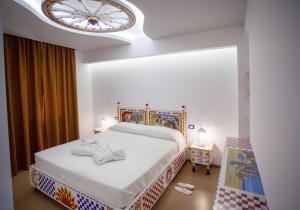 A bed or beds in a room at Tra Le Braccia di Morfeo
