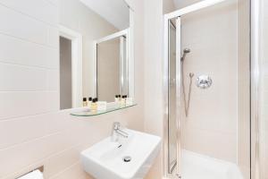 A bathroom at Hyde Park Executive Apartments
