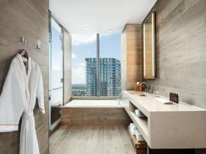 Um banheiro em EAST Miami