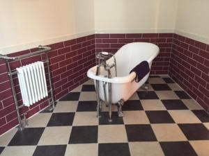 A bathroom at The Royal Victoria & Bull Hotel