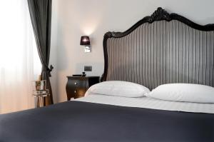 A bed or beds in a room at Barbarella Suite