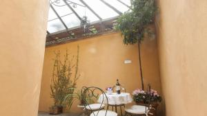 A restaurant or other place to eat at Portico Ottavia Garden Apartment