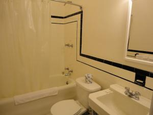 Ein Badezimmer in der Unterkunft Lenox Hotel and Suites